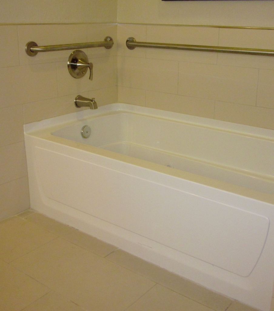 Accessible bath tub